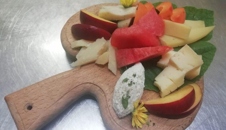 Tagliere di formaggi tipici e frutta di stagione